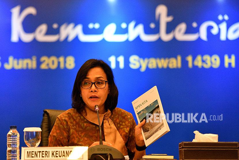 Menteri Keuangan Sri Mulyani memberikan keterangan pers tentang kinerja APBN di kantor Kemenkeu, Jakarta, Senin (25/6).