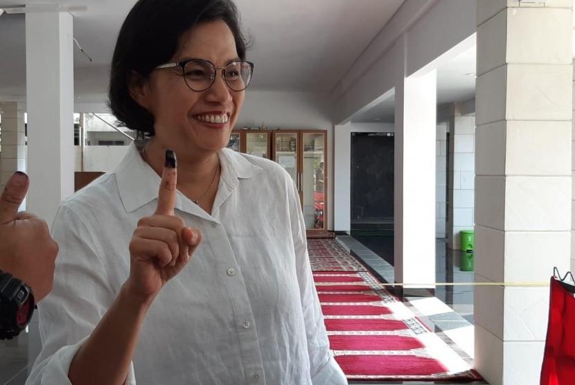 Menteri Keuangan Sri Mulyani menyalurkan hak pilihnya dalam Pemilu 2019 di Tempat Pemungutan Suara (TPS) 077 RT 02 RW 10 Jalan Mandar Bindari Jaya Sektor 3A, Bintaro Jaya, Tangerang Selatan.
