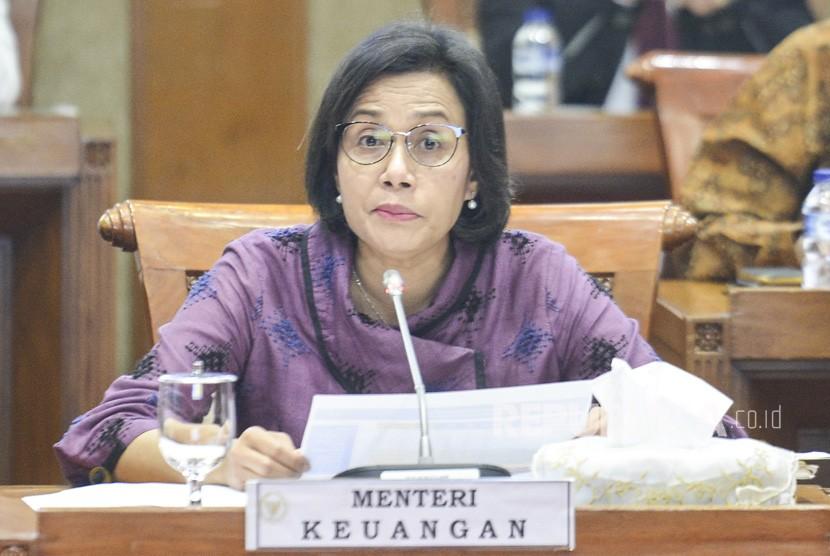 Menteri Keuangan Sri Mulyani menyampaikan pendapat saat rapat kerja dengan Komisi XI DPR RI di gedung parlemen, Senayan, Jakarta, Senin (17/6/2019).