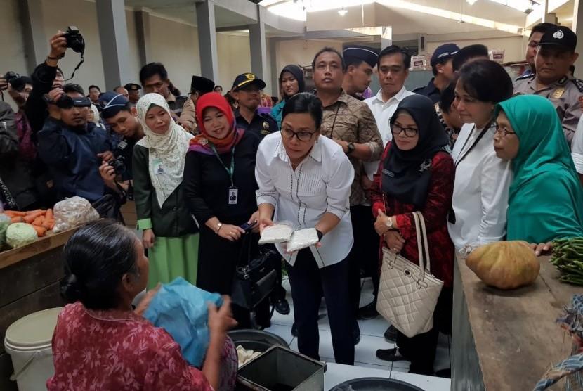 Menteri Keuangan Sri Mulyani saat mengunjungi Pasar Telukan, Sukoharjo, Jawa Tengah, Sabtu (26/5).