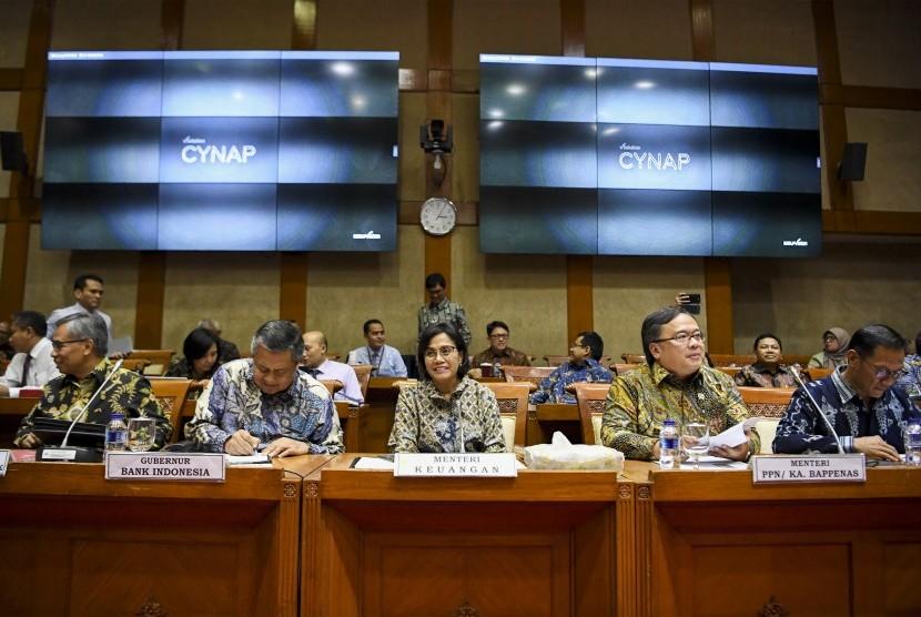 Menteri Keuangan Sri Mulyani (tengah) bersama Menteri PPN/Kepala Bappenas Bambang Brodjonegoro (kedua kanan), Gubernur Bank Indonesia (BI) Perry Warjiyo (kedua kiri), Ketua Dewan Komisioner OJK Wimboh Santoso (kiri) dan Kepala Badan Pusat Statistik (BPS) Suhariyanto (kanan) mengikuti rapat kerja dengan Komisi XI DPR di Kompleks Parlemen, Senayan, Jakarta, Kamis (13/6/2019).