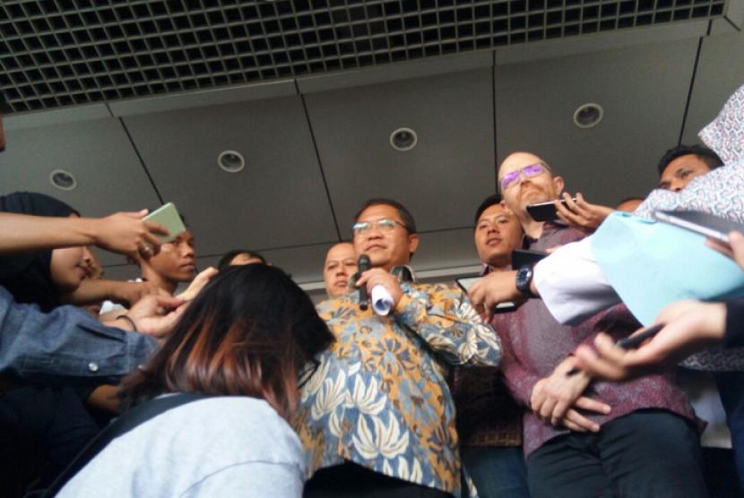 Menteri Komunikasi dan Informatika (Menkominfo) Rudiantara (kiri) dan Wakil Presiden Kebijakan Publik Facebook untuk Asia Pasifik Simon Milner ketika memberikan keterangan pers di depan Gedung Kemenkominfo, Jakarta, Senin (7/5).