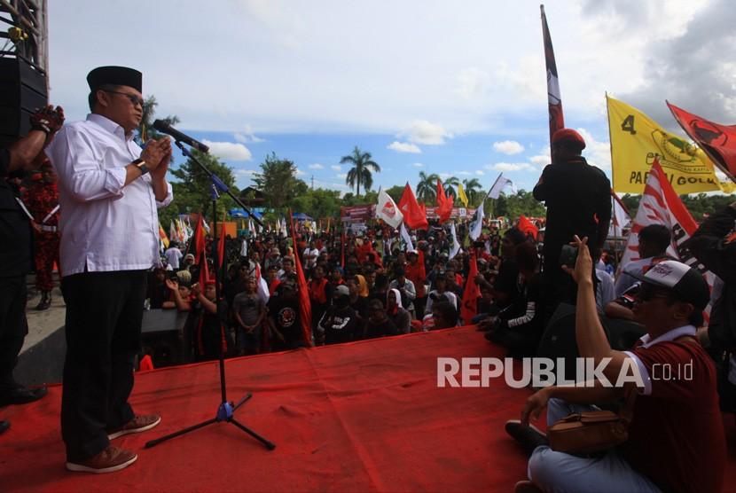 Menteri Komunikasi dan Informatika (Menkominfo) Rudiantara (kiri) memberikan orasi politik saat kampanye Pro Jokowi di Alun-alun Wates, Kulon Progo, DI Yogyakarta, Ahad (7/4/2019).