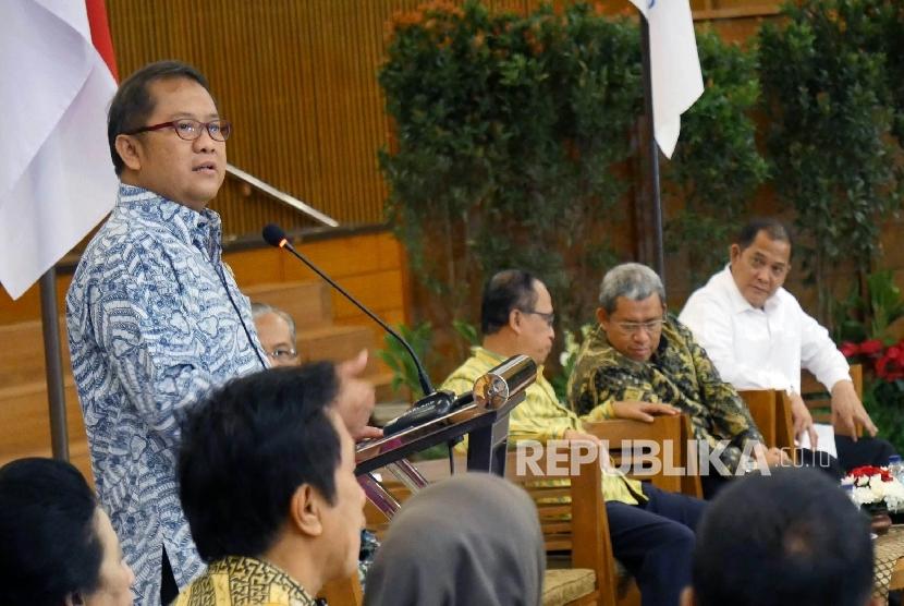 Menteri Komunikasi dan Informatika Rudiantara menyampaikan sambutan pada acara Deklarasi Antiradikalisme yang diikuti oleh puluhan perguruan tinggi di Jawa Barat, di Graha Sanusi Kampus Unpad, Kota Bandung, Jumat (14/7).