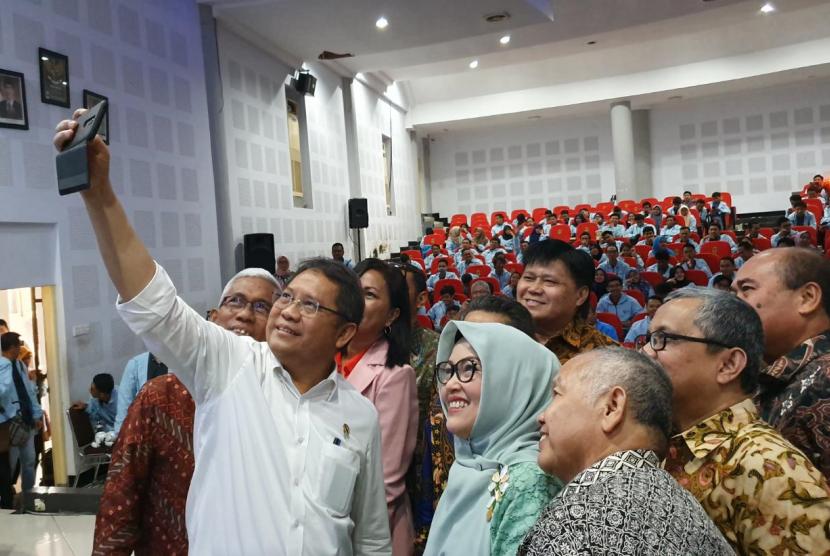 Menteri Komunikasi dan Informatika Rudiantara, Rektor Unhas Dwia Aries Tina Pulubuhu, Rektor dan Pimpinan Perguruan Tinggi dari berbagai daerah di Indonesia Timur di acara Pembukaan Digital Talent Scholarship (DTS) 2019 yang berlangsung di Kampus Unhas, Makassar, Selasa (23/7)
