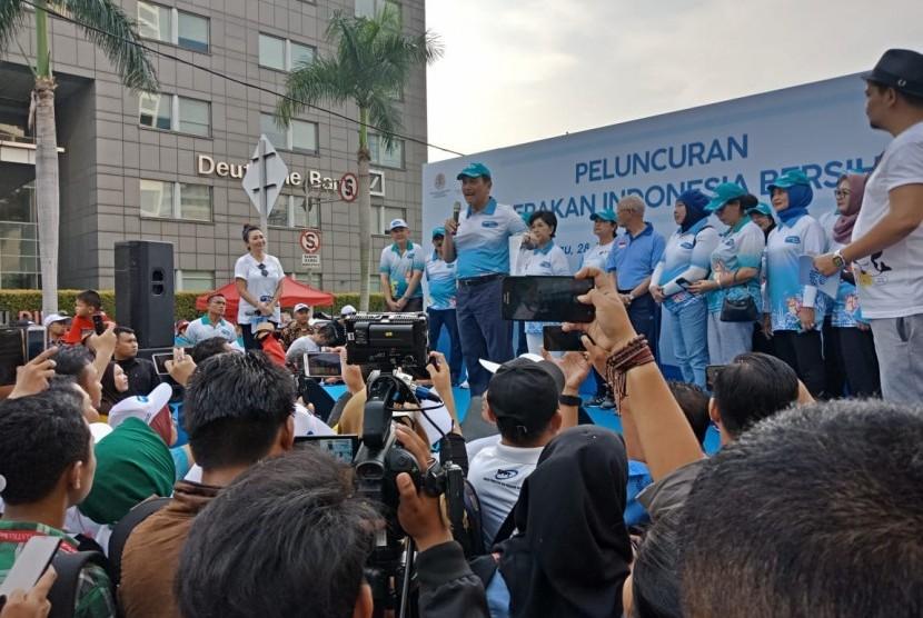 Menteri Koordinator Bidang Kemaritiman Luhut Binsar Pandjaitan bersama Menteri Perhubungan Budi Karya Sumadi saat memberikan keterangan tentang Gerakan Indonesia Bersih (GIB), di area CFD Bunderan HI, Jakarta, Ahad (28/4).