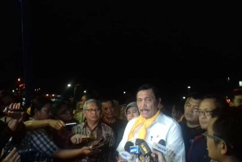 Menteri Koordinator Bidang Kemaritiman, Luhut Binsar Pandjaitan saat meninjau pengiriman bantuan dari Pelabuhan Tanjung Priok, Jakarta Utara, Rabu (3/10) malam.