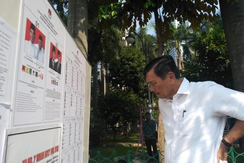 Menteri Koordinator Bidang Kemaritiman, Luhut Binsar Panjaitan saat mencoblos pilihannya di TPS 005, Jalan Denpasar II Kuningan Timur, Jakarta, Rabu (17/4).