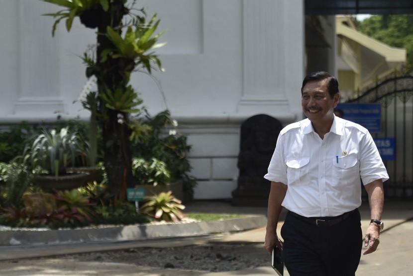 Menteri Koordinator bidang Kemaritiman Luhut Panjaitan meninggalkan Kompleks Istana Kepresidenan Jakarta usai menghadap Presiden Joko Widodo di Jakarta, Senin (20/11).