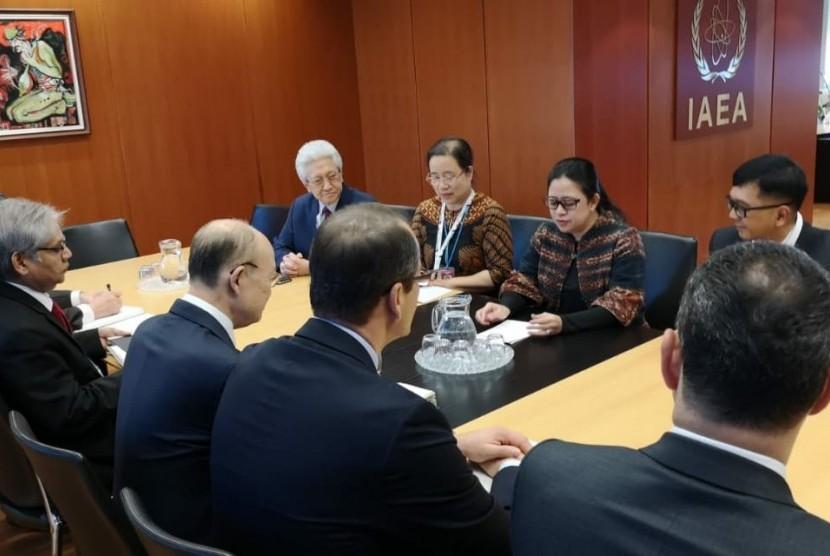Menteri Koordinator Bidang Pembangunan Manusia dan Kebudayaan (Menko PMK) Puan Maharani bertemu dengan Dirjen Badan Tenaga Atom Internasional (IAEA) Yukiya Amano di Wina, Austria, (28/11).