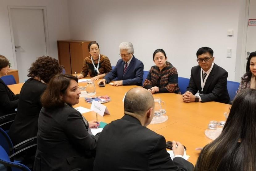 Menteri Koordinator Bidang Pembangunan Manusia dan Kebudayaan (Menko PMK) Puan Maharani  saat bertemu dengan Wakil Presiden/Menteri Luar Negeri Kosta Rica Epsy Campbell Barr.