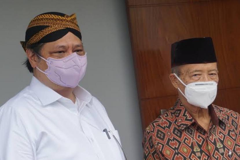 Menteri Koordinator Bidang Perekonomian Airlangga Hartarto (kiri) saat bersilaturahim di kediaman Buya Syafi Ma'arif (kanan) di Yogyakarta, Sabtu (19/6).