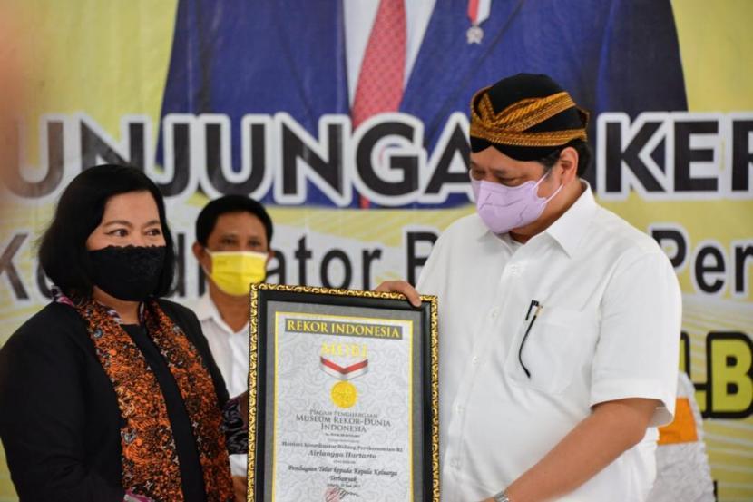 Menteri Koordinator Bidang Perekonomian Airlangga Hartarto menerima sertifikat rekor MURI kategori penyerahan telur secara massal di Jatinom, Klaten, Jawa Tengah, Sabtu (19/6).