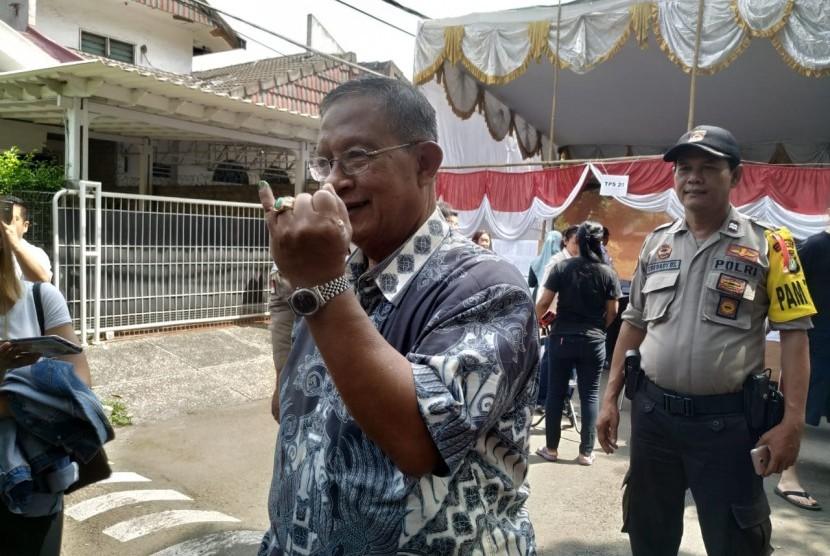 Menteri Koordinator Bidang Perekonomian Darmin Nasution menggunakan hak pilihnya di TPS 20 Kelurahan Pancoran, Pancoran, Jakarta Selatan, Rabu (17/4).