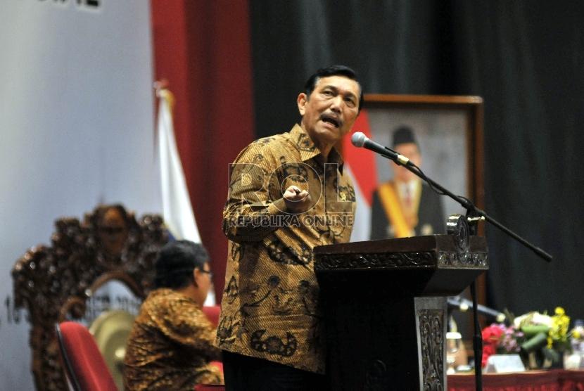 Menteri Koordinator Bidang Politik Hukum dan Keamanan Luhut Binsar Panjaitan saat memberikan sambutan pada pembukaan Rapat Koordinasi Penanganan Konflik Sosial 2015 di Jakarta, Rabu (16/9).