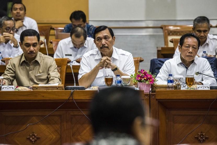 Menteri Koordinator bidang Politik, Hukum dan Keamanan Luhut Binsar Pandjaitan (tengah) didampingi Kepala BIN Sutiyoso (kanan) dan Kepala BNPT Komjen Pol Suhardi Alius (kiri) menghadiri rapat kerja dengan Komisi III di Komplek Parlemen Senayan, Jakarta,