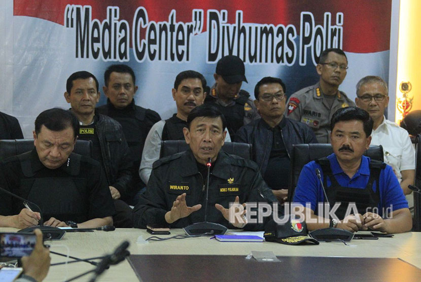 Coordinating Minister for Political, Legal, and Security Affairs Wiranto holds a press conference about the riot at Mako Brimob Prison, Jakarta, on Thursday (May 10).