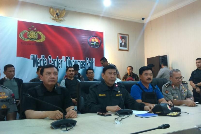 Menteri koordinator Bidang Politik, Hukum dan Kemanan (Menko Polhukam) Wiranto bersama Panglima TNI Hadi Tjahjanto melakukan konferensi pers di Direktorat Polisi Satwa Baharkam Polri, Depok, Kamis (10/5).