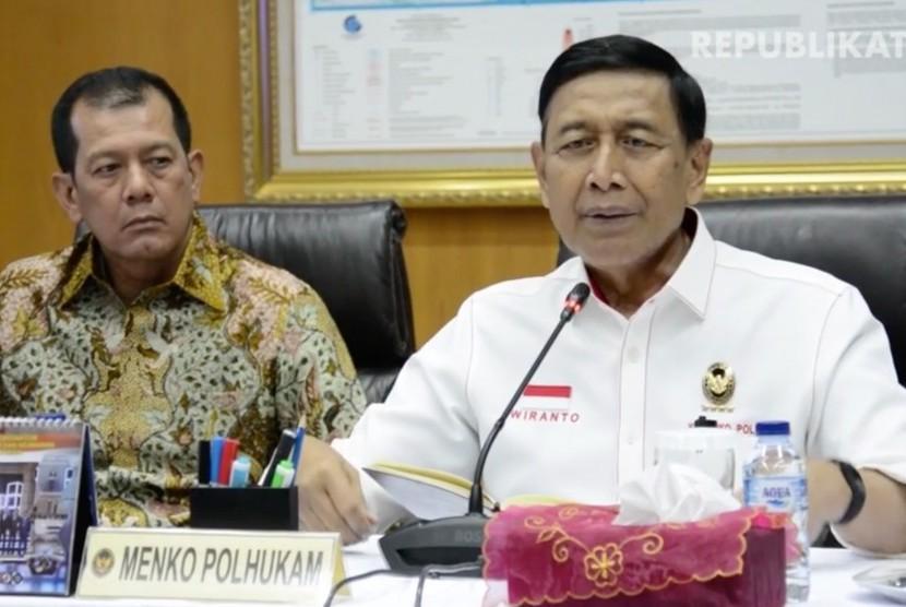 Menteri Koordinator (Menko) Politik Hukum dan Keamanan (Polhukam), Wiranto (Kanan)