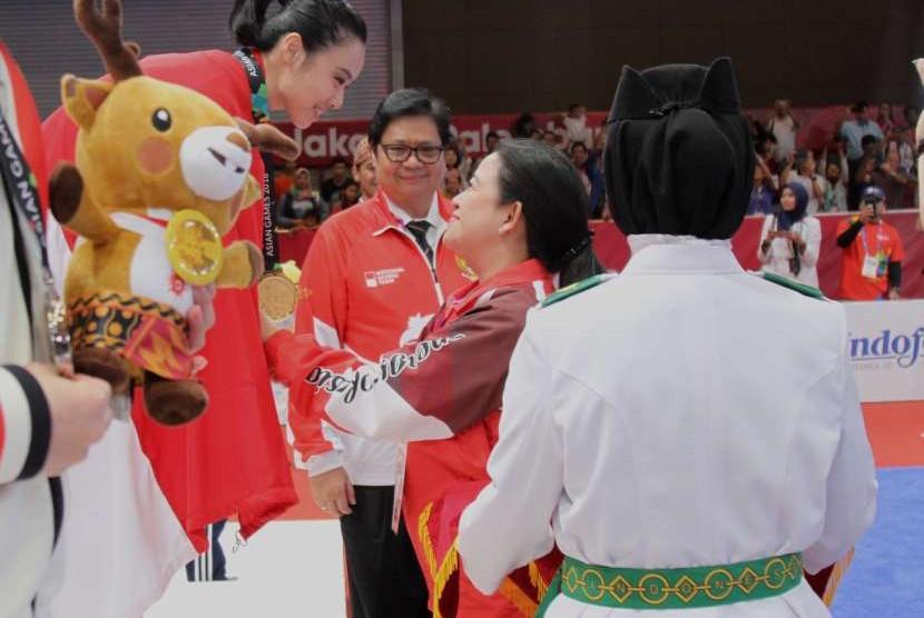 Menteri Koordinator Pembangunan Manusian dan Kebudayaan yang juga Wakil Ketua Dewan Pengarah Asian Games 2018 Puan Maharani didapuk sebagai Pengalung Medali untuk cabang olahraga Wushu.
