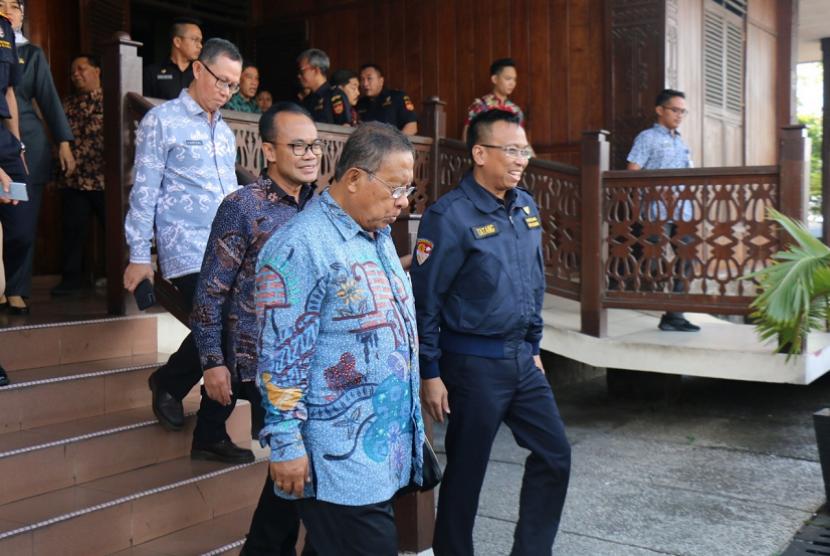 Menteri Koordinator Perekonomian, Darmin Nasution mengunjungi salah satu perusahaan penerima fasilitas kawasan berikat.