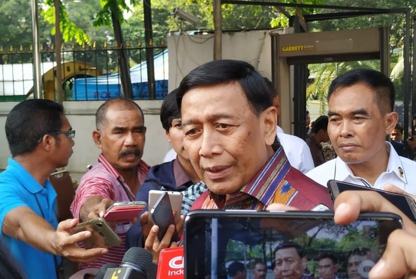 Menteri Koordinator Politik Hukum dan Keamanan (Polhukam) Wiranto hadiri rapat pleno terbuka penetapan pasangan calon presiden dan wakil presiden terpilih Pemilu 2014 di Gedung Komisi Pemilihan Umum (KPU), Jakarta, Ahad (30/6).