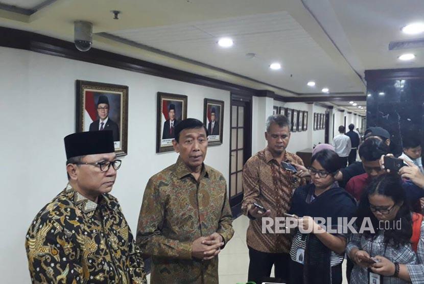 Menteri Koordinator Politik Hukum dan Keamanan Wiranto menemui Ketua MPR RI Zulkifli Hasan di Ruangan Ketua MPR Kompleks Gedung Parlemen, Senayan, Jakarta pada Selasa (30/5).