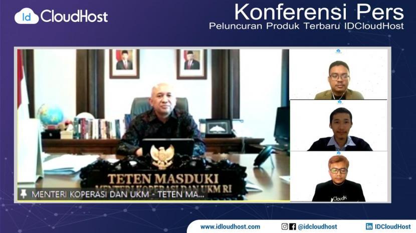Menteri Koperasi dan UKM Teten Masduki foto bersama Founder sekaligus CEO IDCloudHost Alfian Pamungkas Sakawiguna (tengah), CMO IDCloudHost Muhammad Mufid Luthfi (kanan atas), dan CTO IDCloudHost Faisal Reza (kanan bawah) dalam peluncuran dua produk terbaru IDCloudHost, Server Cloud VPS (Virtual Private Server) dan Object Storage, secara daring pada Rabu(16/6).