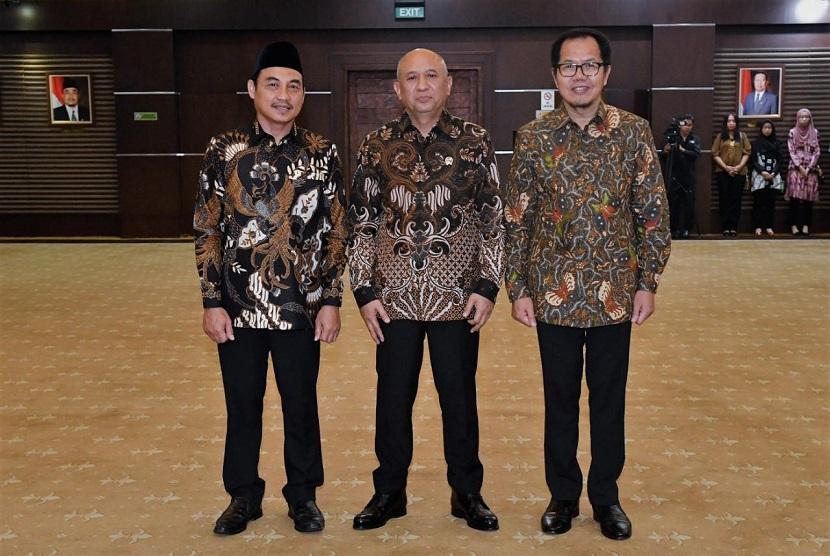 Menteri Koperasi dan UKM Teten Masduki (tengah) melantik Direktur Utama LPDB-KUKM yang baru Supomo(kiri)