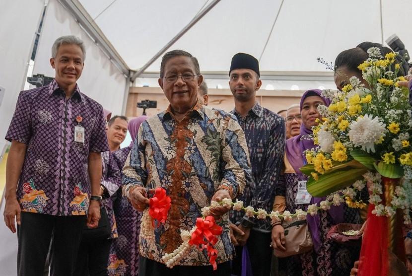 Menteri Kordinator Bidang Perekonomian Darmin Nasution (tengah), memotong pita tanda dibukanya ekspo produk koperasi dan UMKM, pada acara peringatan Hari Koperasi Nasional, di GOR Satria Purwokerto, Banyumas, Jateng, Jumat (12/7/2019).