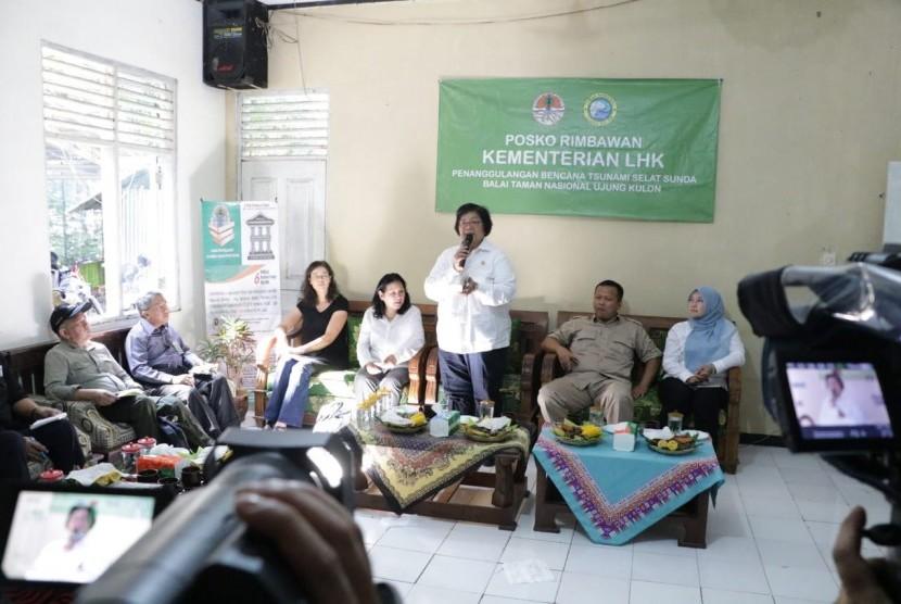 Menteri LHK Siti Nurbaya Bakar saat berdialog dengan masyarakat di  Kantor Seksi Pengelolaan Wilayah III Taman Nasional Ujung Kulon, Sumur,  Banten pada Jumat (11/1).