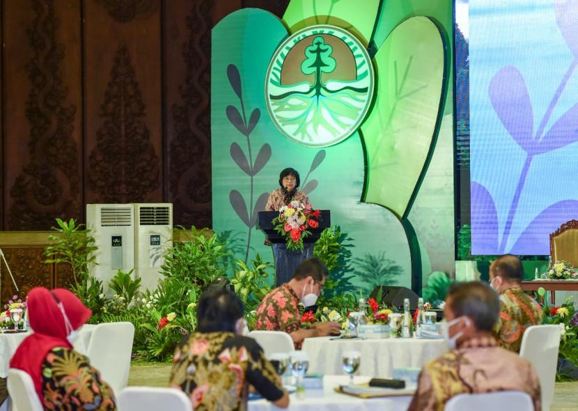 Menteri LHK Siti Nurbaya, pada Sosialisasi Undang-Undang No. 11 Tahun 2020 Tentang Cipta Kerja Bidang Lingkungan Hidup dan Kehutanan beserta peraturan turunannya, yang digelar luring dan daring di Jakarta, Jumat (18/6).