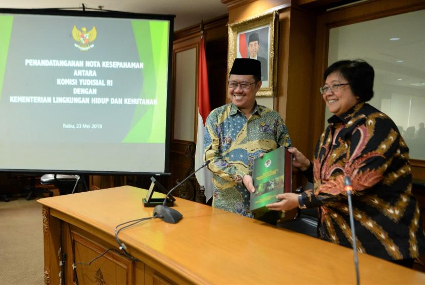 Menteri Lingkungan Hidup dan Kehutanaan Siti Nurbaya dan Ketua Komisi Yudisial (KY) Aidul Fitriciada Azhari menandatangani nota kesepahaman untuk mencegah terjadinya penyalahgunaan wewenang hakim dalam penyelesaian perkara lingkungan hidup dan kehutanan di Jakarta, Rabu (23/5).