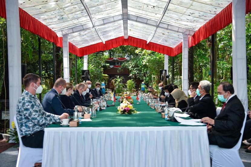 Menteri Lingkungan Hidup dan Kehutanan (LHK) Siti Nurbaya melakukan pertemuan bilateral dengan Menteri Lingkungan Hidup Republik Ceko, Richard Brabec, di Jakarta, Senin (21/6). Pertemuan tersebut untuk membicarakan peningkatan kerja sama kedua belah pihak, yang ditandai dengan penandatanganan Letter of Intent (LoI) Republik Indonesia – Republik Ceko mengenai Perlindungan Lingkungan dan Kerja Sama Pembangunan Berkelanjutan.