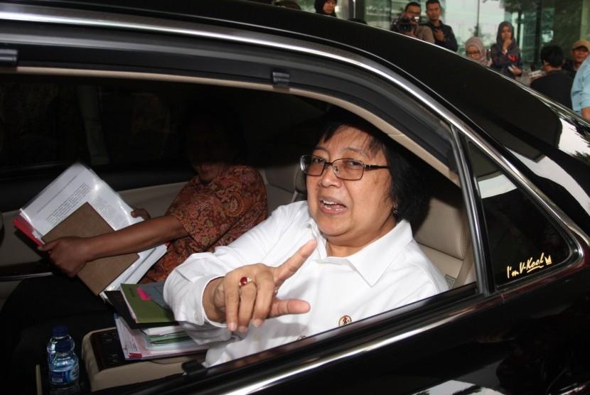 Menteri Lingkungan Hidup dan Kehutanan (LHK) Siti Nurbaya memberikan keterangan kepada wartawan seusai mengadakan pertemuan dengan Pimpinan KPK di Jakarta, Jumat (21/8).