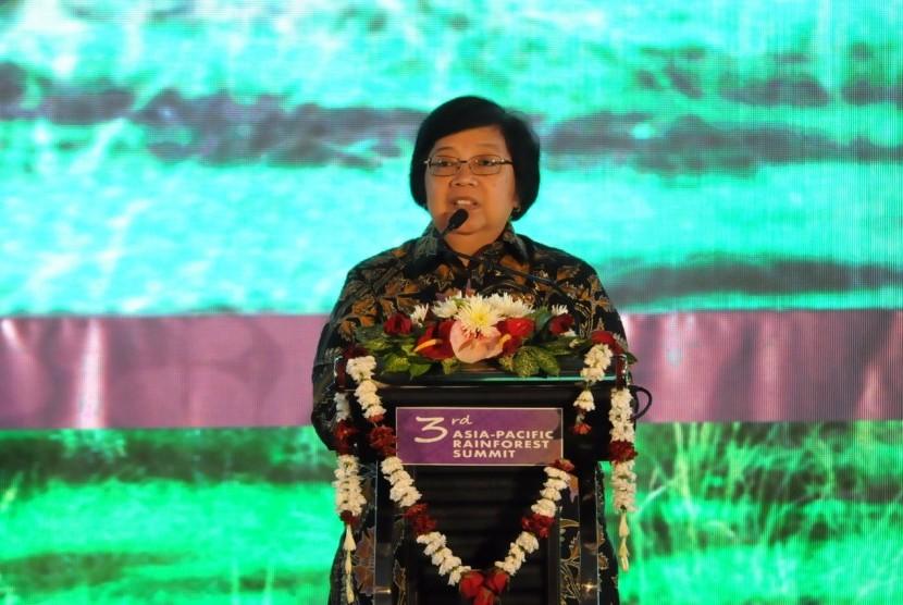 Menteri Lingkungan Hidup dan Kehutanan (LHK) Siti Nurbaya saat menjadi pembicara kunci pada pembukaan Konferensi Tingkat Tinggi Hutan Hujan Asia Pasifik (Asia Pacific Rainforest Summit - KTT APRS ) ke-3, di Yogyakarta,  Senin (23/4).