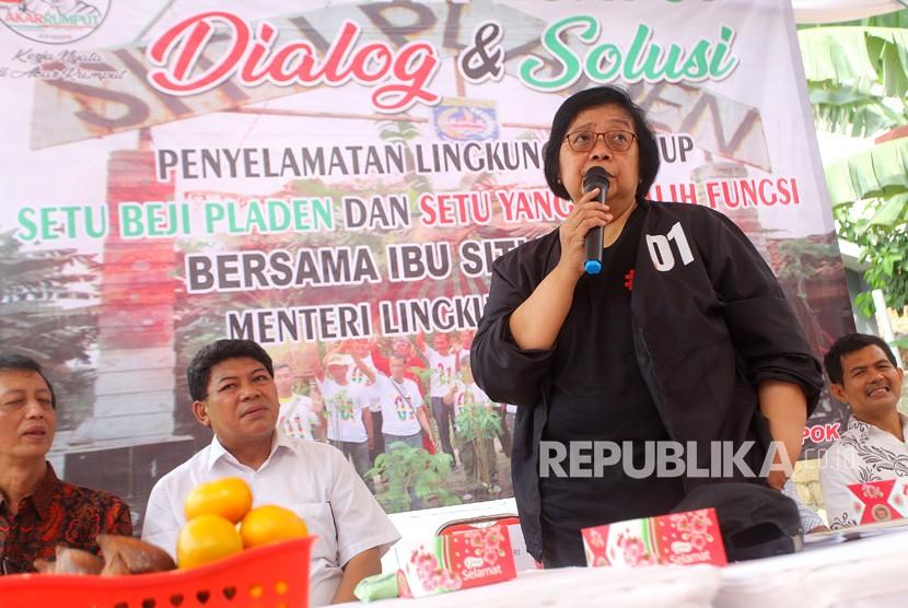 Menteri Lingkungan Hidup dan Kehutanan Siti Nurbaya Bakar berdialog dan berdiskusi bersama masyarakat sekitar usai menanam pohon di Situ Pladen Depok, Jawa Barat, Ahad (10/2/19).