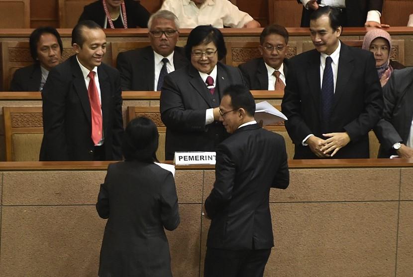 Menteri Lingkungan Hidup dan Kehutanan Siti Nurbaya Bakar (tengah) menerima berkas salinan pandangan Komisi VII DPR terkait Perjanjian Paris saat rapat paripurna di Kompleks Parlemen, Senayan, Jakarta, Rabu (19/10).