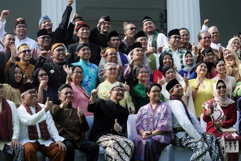 Menteri Luar Negeri (Menlu) Retno L.P. Marsudi (ketiga kanan) dan Wakil Menteri Luar Negeri (Wamenlu) A.M Fachir (kedua kanan) bersama staf dan karyawan Kementerian Luar Negeri (Kemenlu) memperingati hari lahir R.A Kartini di Jakarta, Jumat (21/4).