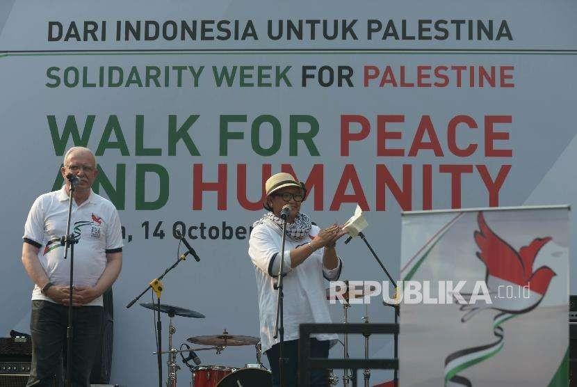 Menteri Luar Negeri (Menlu) RI Retno Marsudi( kanan) dan Menlu Palestina Riyad al-Maliki (kiri) memberikan sambutan dalam acara Walk for Peace and Humanity berada di kawasan car free day (CFD) Jakarta, Ahad (14/10).