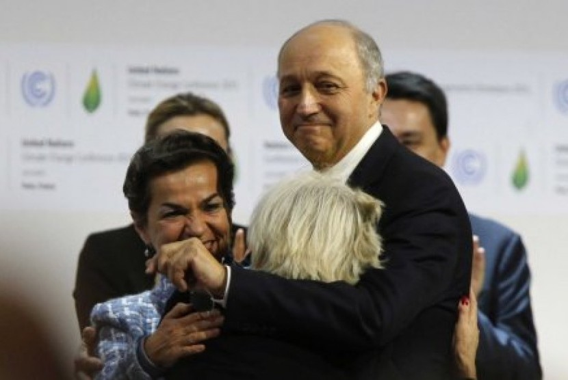 Menteri Luar Negeri Prancis Laurent Fabius usai KTT Perubahan Iklim di Paris mencapai kesepakatan.