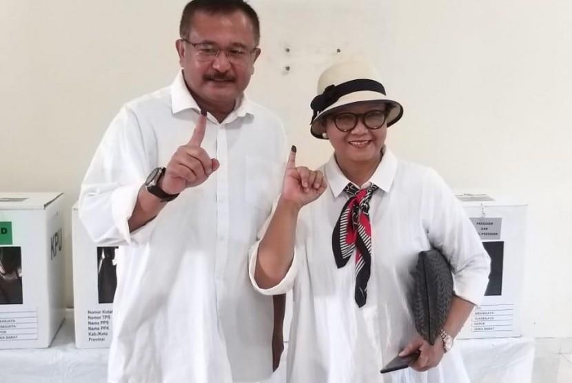 Menteri Luar Negeri Retno LP Marsudi bersama sang suami Agus Marsudi usai memberikan hak suaranya di TPS 153, Depok, Jawa Barat, Rabu (17/4)