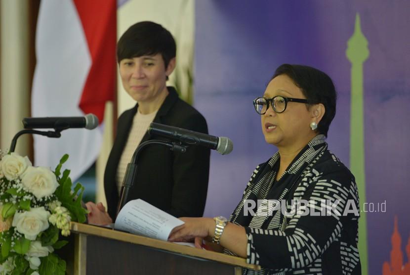 Menteri Luar Negeri Retno Marsudi (kanan) dan Menteri Luar Negeri Norwegia Ine Marie Eriksen Soreide (kiri) menyampaikan keterangan pers bersama usai pertemuan bilateral di Nusa Dua, Bali, Ahad (28/10/2018).