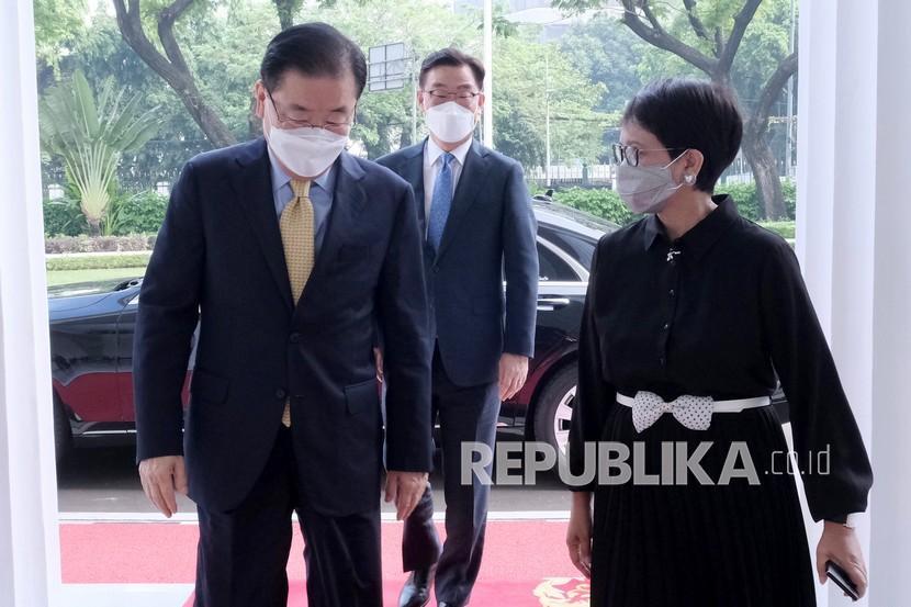 Menteri Luar Negeri Retno Marsudi (kanan) menerima kunjungan Menteri Luar Negeri Korea Selatan Chung Eui-yong (kiri) sebelum melakukan pertemuan bilateral di Gedung Pancasila, Jakarta, Jumat (25/6/2021). Pertemuan bilateral kedua negara tersebut membahas kerja sama di bidang kesehatan, diantaranya pengadaan APD, peralatan diagnostik, obat-obatan serta pengembangan vaksin.