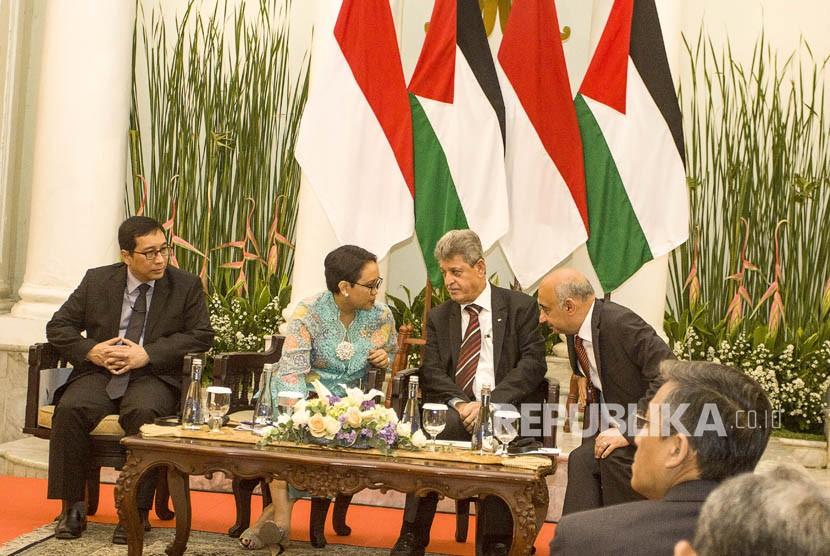 Menteri Luar Negeri Retno Marsudi (kedua kiri) berbincang dengan Duta Besar Mesir untuk Indonesia Ahmed Amr Ahmed Moawad (kanan) dan Duta Besar Palestina untuk Indonesia Zuhair al-Shun (kedua kanan) serta Dirjen Kerjasama Multilateral Kemenlu Febrian A Ruddyyard (kiri) saat seminar Internasional dan pameran foto Palestina, di Gedung Pancasila, Jakarta, Selasa (5/12).