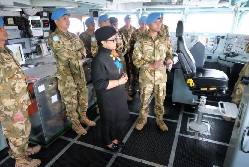 Menteri Luar Negeri Retno Marsudi saat mengunjungi kontingen Garuda dalam Misi Perdamaian PBB di Lebanon (UNIFIL), Senin (26/2).