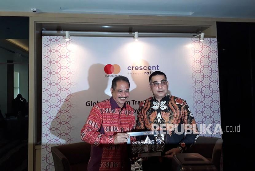 Menteri Pariwisata Arief Yahya bersama CEO CrescentRating (kiri) Fazal Bahardeen dan Division President Indonesia, Malaysia, & Brunei Mastercard Safdar Khan (kanan) dalam peluncuran GMTI 2018 di Jakarta pada Rabu (11/4).