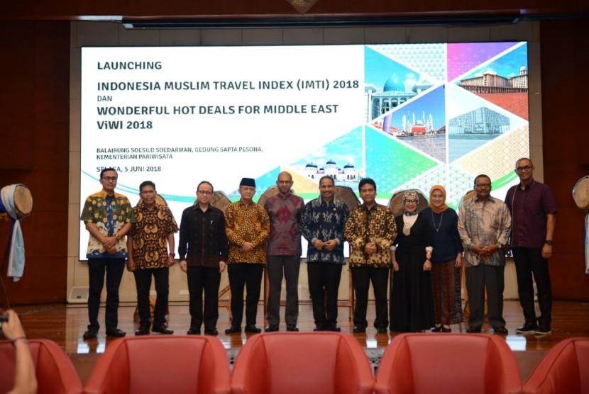Menteri Pariwisata Arief Yahya bersama sejumlah tokoh, meresmikan Indonesia Muslim Travel Index (IMTI).