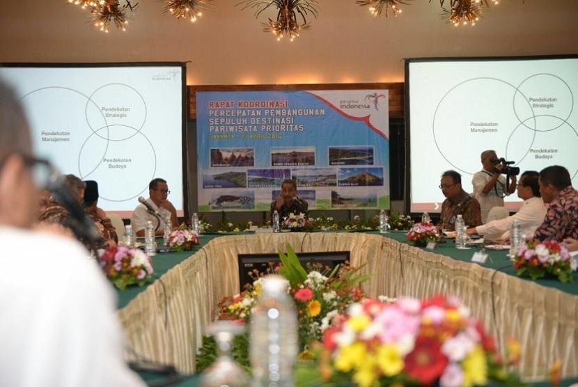 Menteri Pariwisata Arief Yahya memimpin rapat koordinasi percepatan pengembangan 10 destinasi prioritas