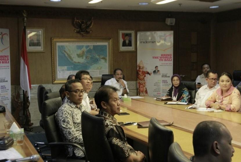 Menteri Pariwisata Arief Yahya mendengarkan paparan soal penyelenggaraan Nusa Dua Fiesta (NDF) 2016